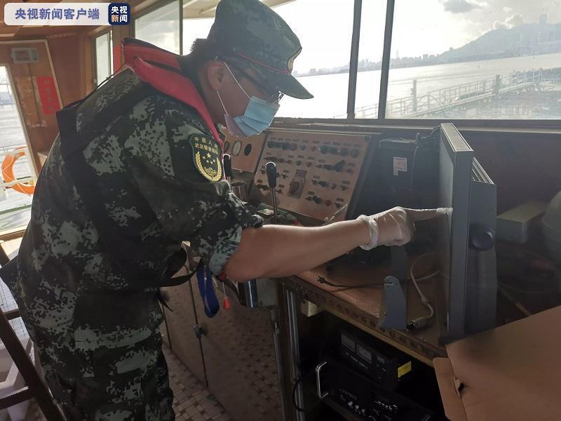 △海警执法员对涉案船舶航迹进行检查
