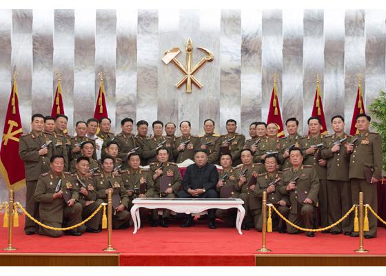 金正恩授予朝鮮人民軍高級指揮人員白頭山紀念手槍