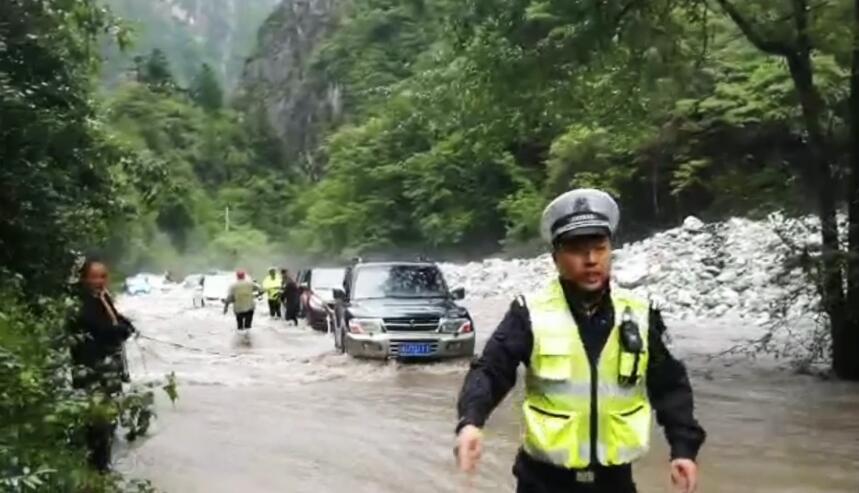洪水中奋战5小时!民警套绳索助153名群众脱险