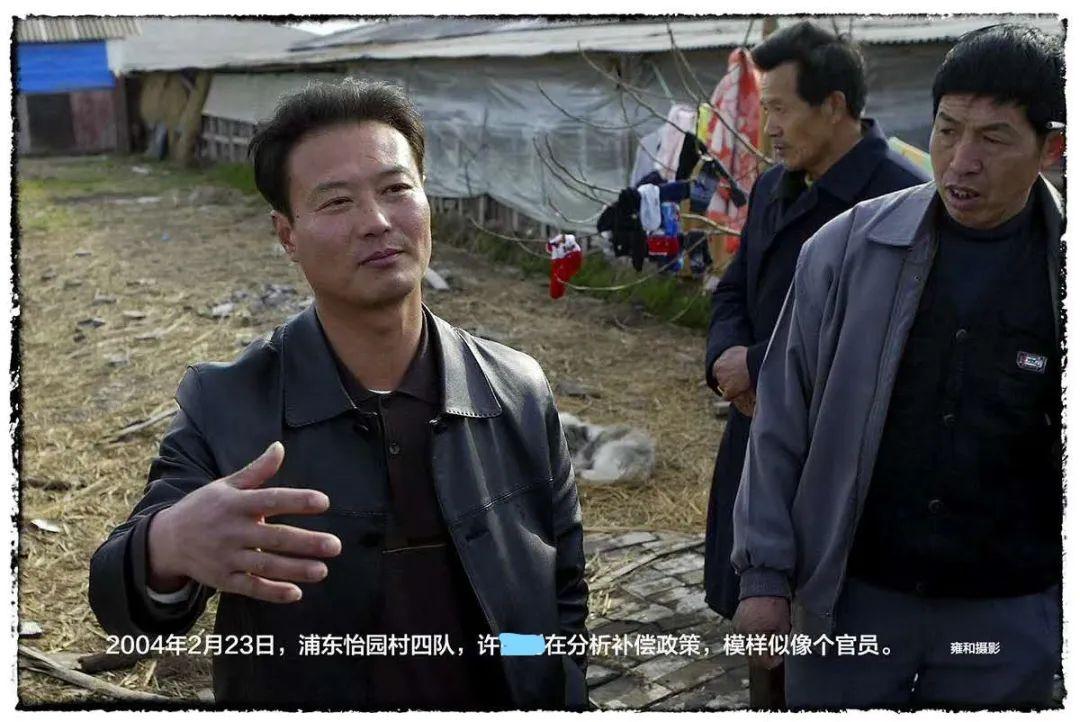 2004年,39岁的许某某在上海接受媒体采访摄影 | 雍和