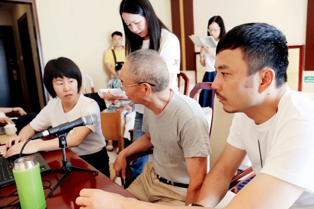"""2015年8月,而中国有如此雄厚的方言和幼批民族说话,室内挂满""""儿豁""""(意为""""不骗人"""")""""吃皮""""(意为""""吃得开"""")等重庆方言。图/视觉中国 <p cms-style="""