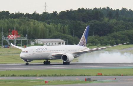 迫降在成田机场的美联航波音787飞机(时事通信社)