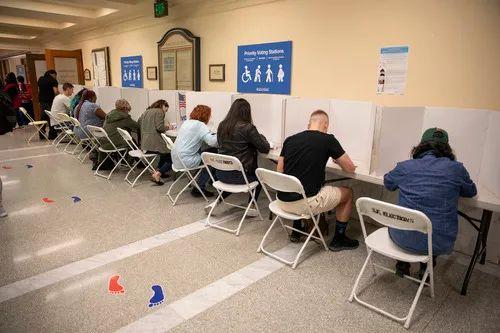3月3日,美国总统选举预选阶段,选民在美国旧金山一个投票站内投票。新华社发(李建国摄)