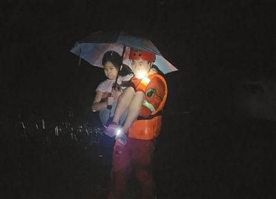 6月27日晚,湖北荆门竹皮河社区,消防员成功救出1名被困女孩。   王 方摄(人民视觉)