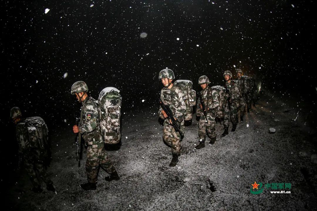 行使凶劣天候锤炼官兵战斗体能。郭朋摄