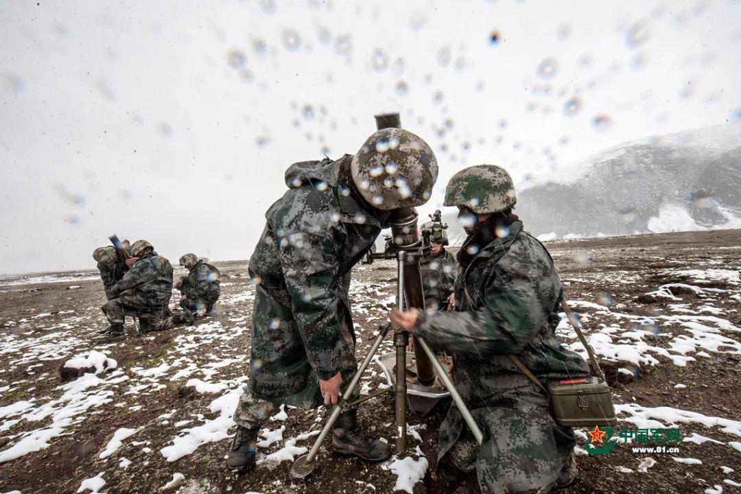 迫击炮射击瞄准训练。郭朋摄