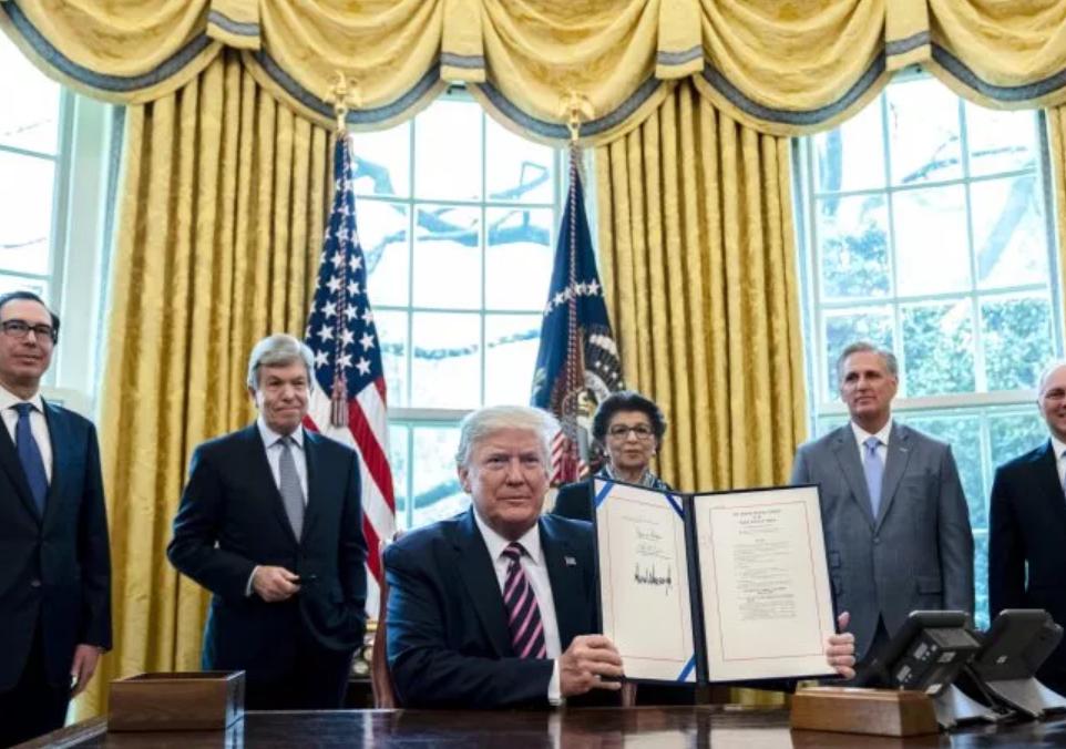 特朗普签定工资保障计划。(图源:Getty)