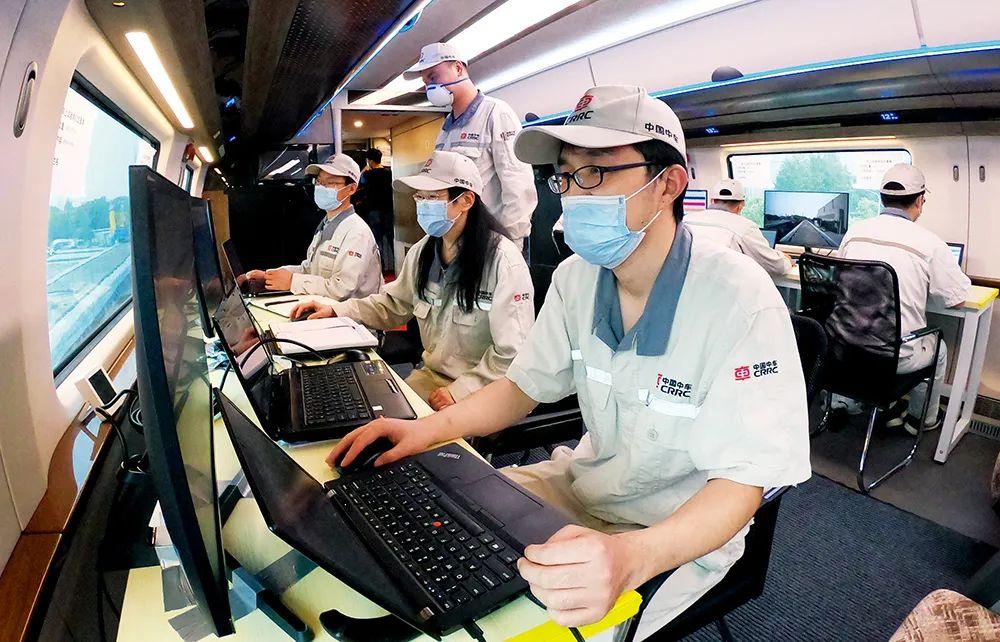 中车四方公司的研发人员在进行时速600公里高速磁浮试验样车动态运行测试。图/IC
