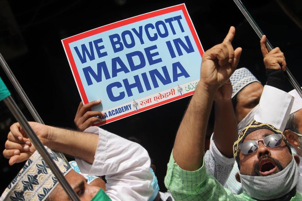 """印度民众手举""""抵制中国制造""""的标语(图源:Getty)"""