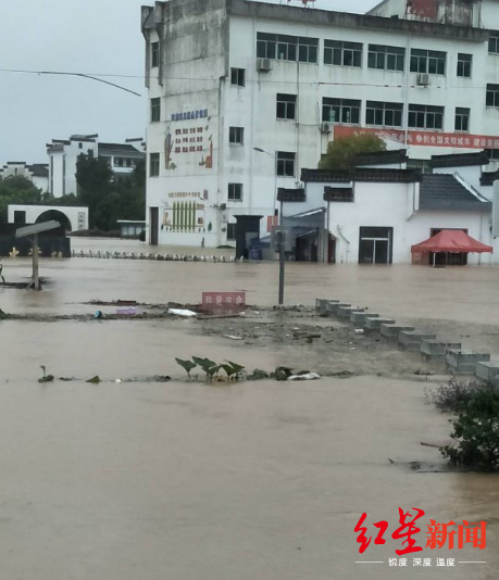 7月7日,歙县街头的洪水图据红星讯息