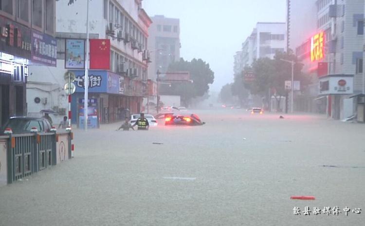 7月7日,歙县街头的洪水图据歙县融媒体中央