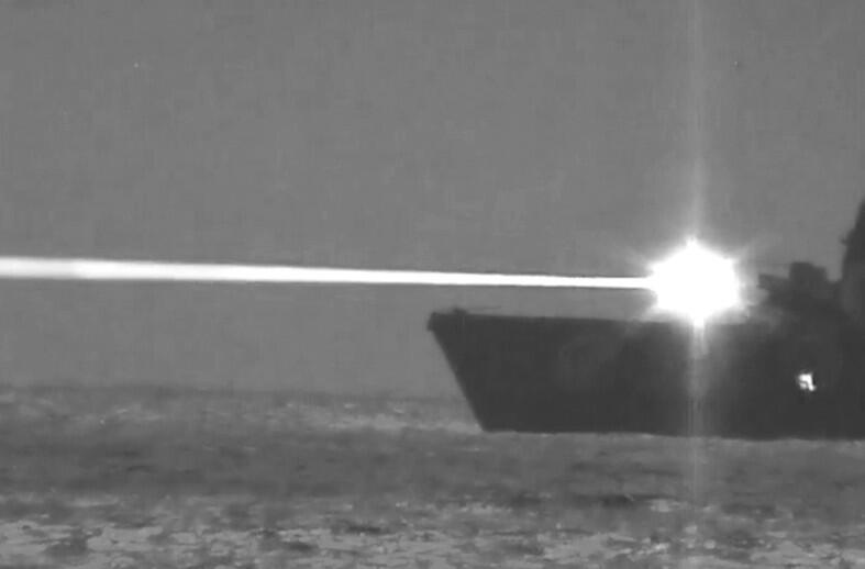 """美国海军""""波特兰""""号两栖船坞运输舰进行了舰载固态激光武器试验"""