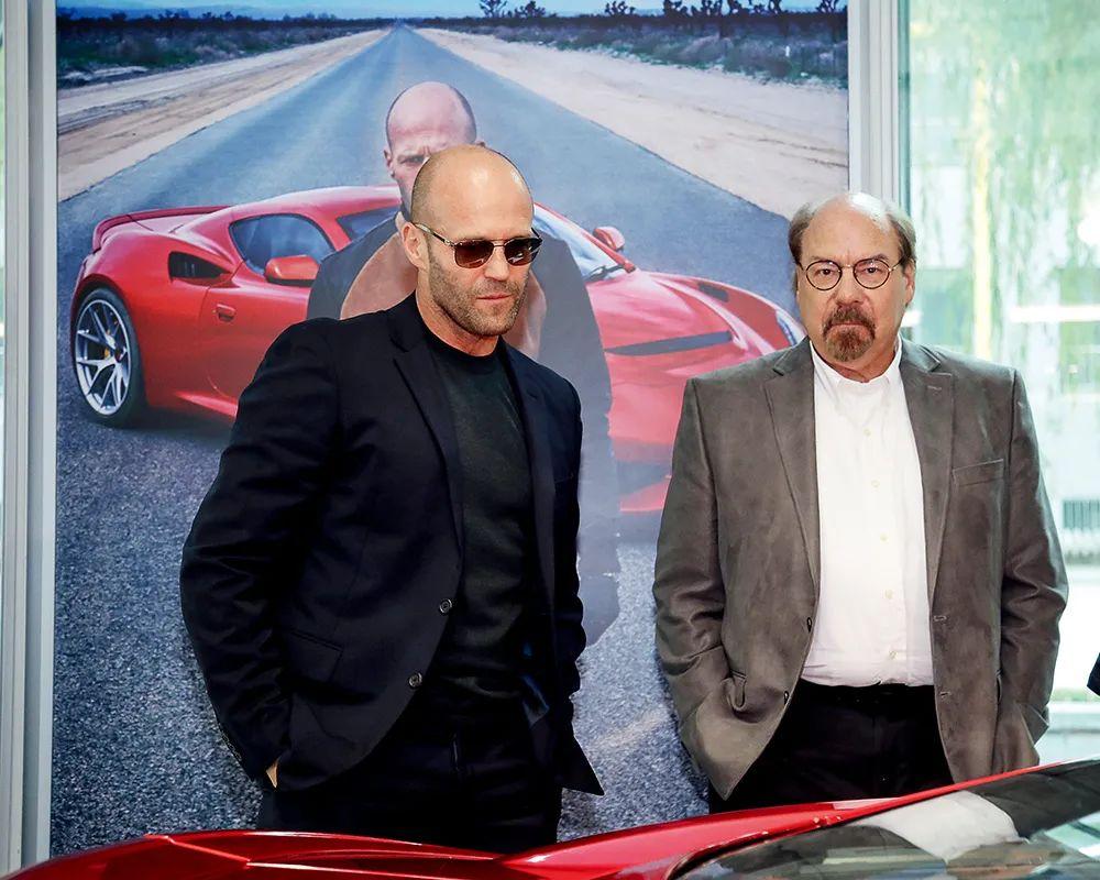 2019年7月20日,赛麟品牌代言人、好莱坞影星杰森·斯坦森(左)与美国赛麟汽车创首人史蒂夫·赛麟现身北京的赛麟体验店。图/视觉中国