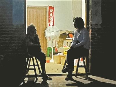 记者在张月亮家门口采访张炳莲。