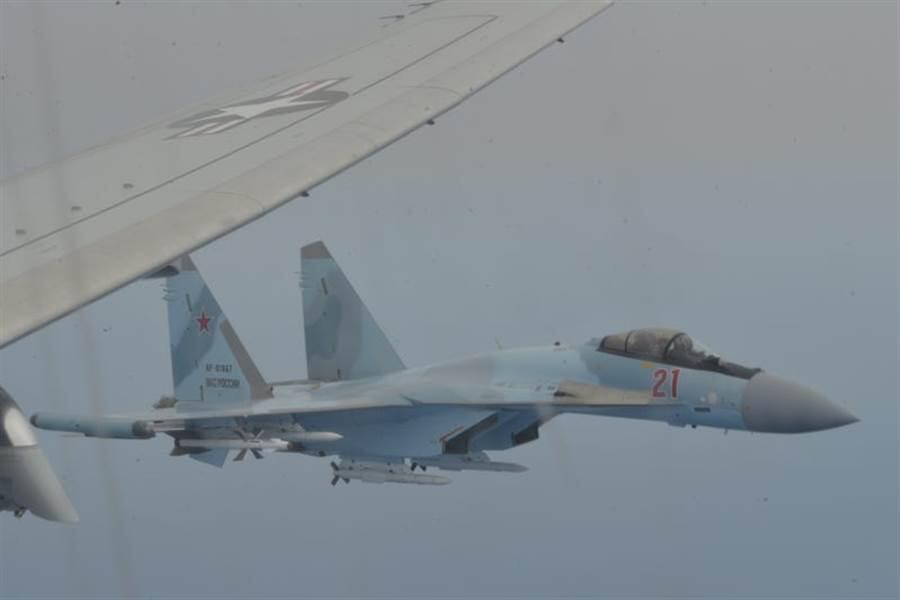 苏-27战斗机拦截美军侦察机
