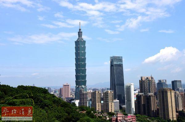 原料图片:图为7月21日在台北象山上拍摄的台北101大楼。(新华社记者 朱祥摄)