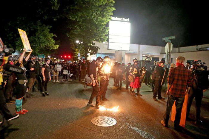 美国波特兰抗议活动再度引发冲突 九人被捕