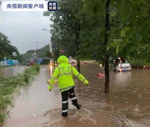 雷雨交加!四川雅安多地出现城市内涝、道路中断