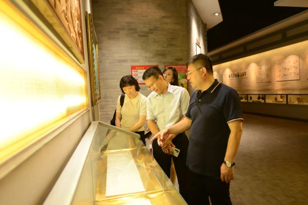 图为采访团成员参观山西汾酒展厅。魏峥/摄