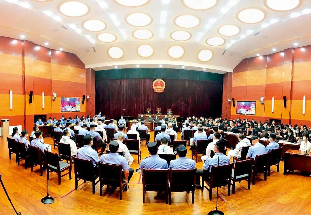 7月15日,内蒙古巴彦淖尔市中级人民法院一审开庭审理郭全生等46名被告人涉嫌组织、领导、参加黑社 会性质组织等罪一案。 图/巴彦淖尔中院