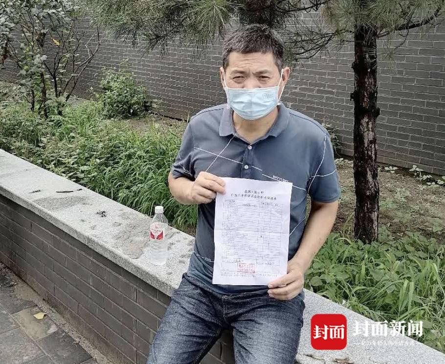 吴春红在最高人民法院申诉立案大厅外。家属供图