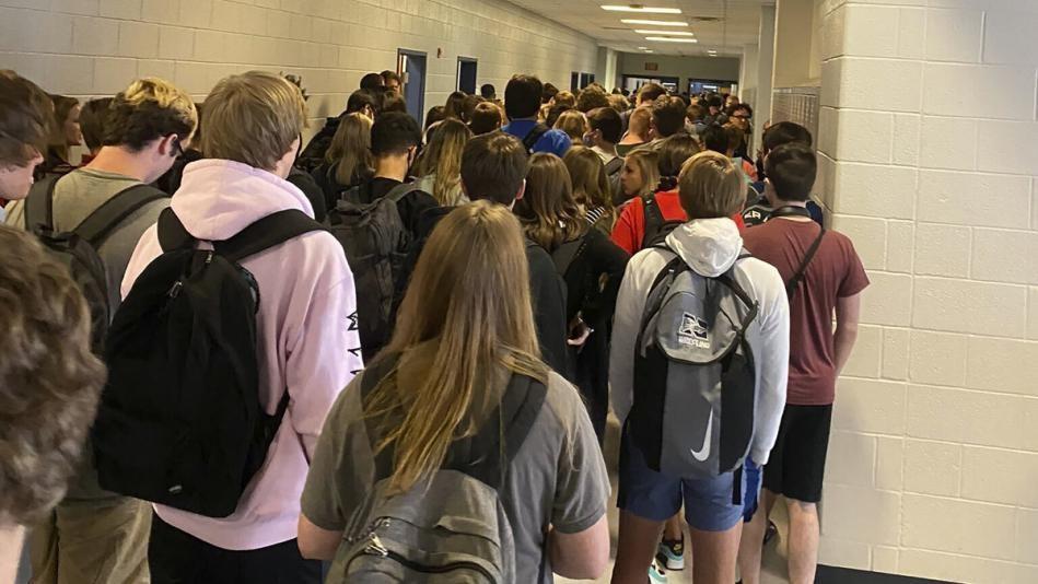 △美国社交媒体上疯传的、拍摄自切罗基县学区某高中的照片显示,不戴口罩的学生挤满了走廊。