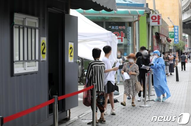 首尔新冠病毒检测点,重新排起长队。