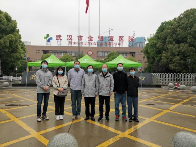 史占彪(左四)和团队成员