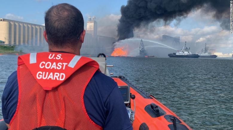 美国得州南部港口一天然气管道发生爆炸 致6人受伤4人失踪