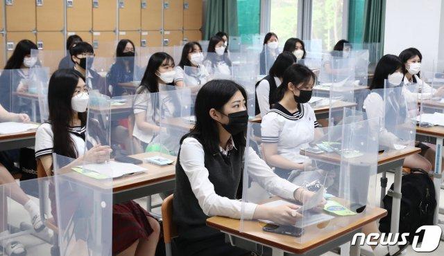 5月20日,韩国大田某高三学生隔着挡板上课。(news 1)