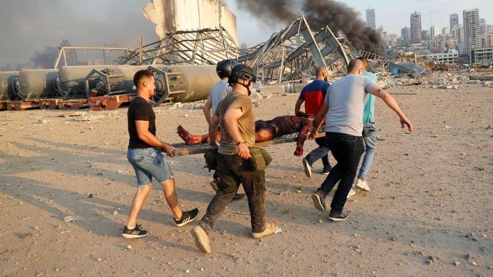 ▲爆炸发生之后,当地民众自发组织起来运送伤员。图据《卫报》