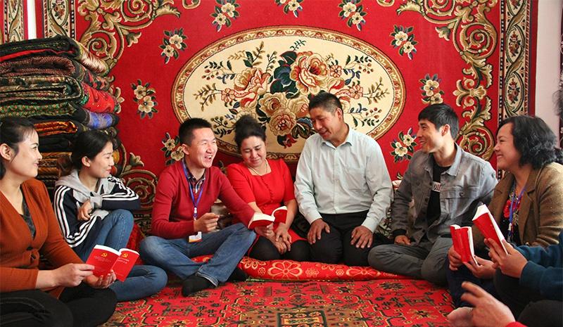 △达西村村民在聆听驻村工作队队员宣讲党的好政策。