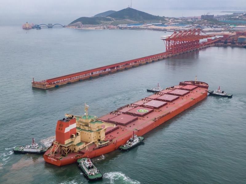 全球最大矿石船首靠烟台 为烟台港开港159年来接卸最大船舶