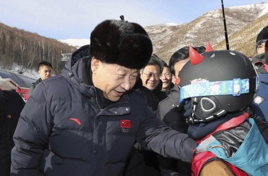 △2017年1月23日,习近平在河北省张家口市考察北京冬奥会筹办工作。这是习近平在云顶滑雪场亲切勉励参加滑雪冬令营的少年儿童。
