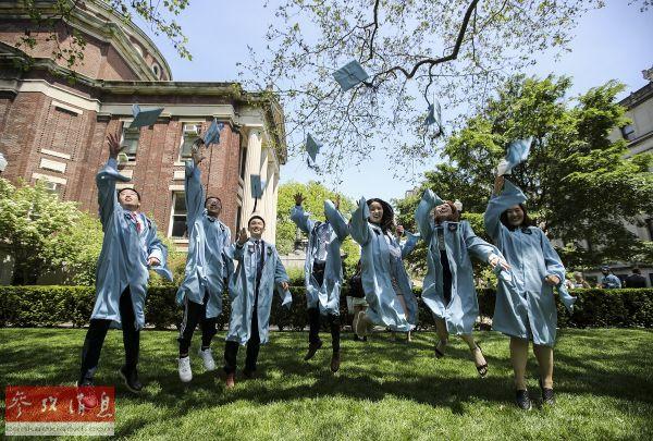 2019年5月22日,在美国纽约,哥伦比亚大学的中国留学生参加毕业典礼时拍照。(新华社记者 王迎 摄)