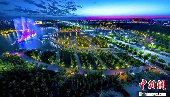 每到夜幕降临,新疆奇台县主城区灯火通明,繁华依旧,夜间经济让这座美丽的古城再次焕发出青春活力。 安涛 摄