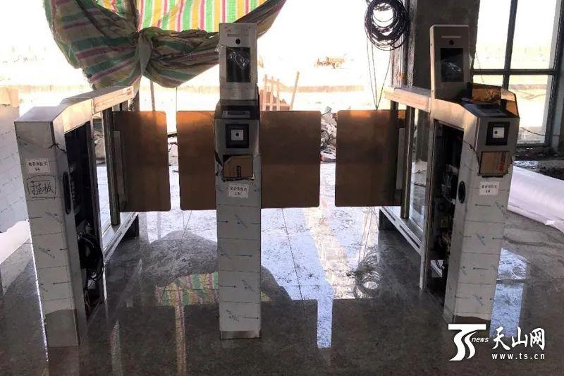 格库铁路新疆段首台自动检票闸机在依吞布拉克站成功安装。