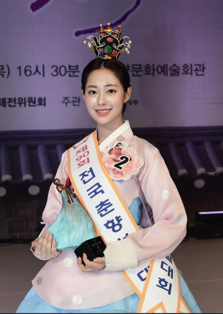 """韩国最高级别""""传统美人""""诞生:23岁名校女大学生"""