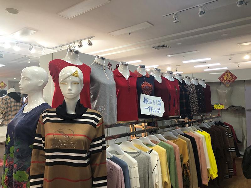天桥百货商场有众多商家都摆上了撤店打折促销的牌子。 陆肖肖摄