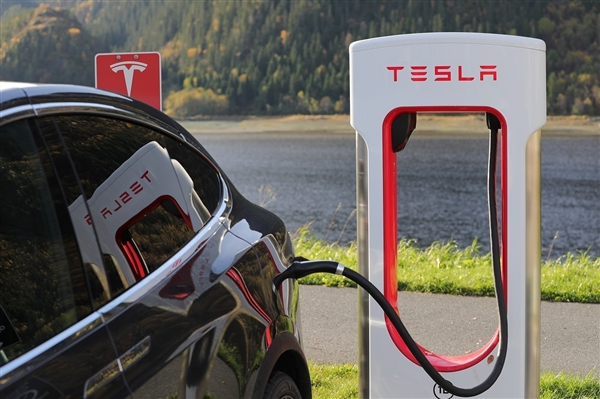 特斯拉欧洲V3超级充电桩被爆料软件漏洞 其它品牌电动车可免费电池