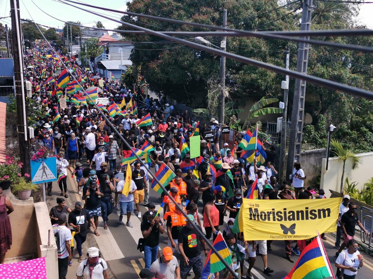 不满政府对日本货船漏油事故应对 毛里求斯民众再次上街游行抗议
