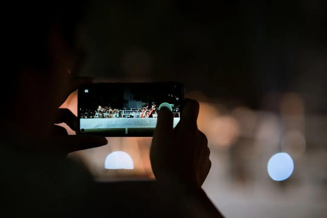 ▲新生用手机记录表演(张晨夕 摄)