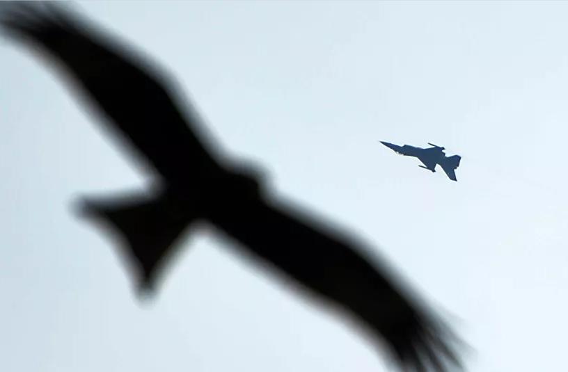 巴基斯坦空军一架飞机坠毁 飞行员跳伞逃生