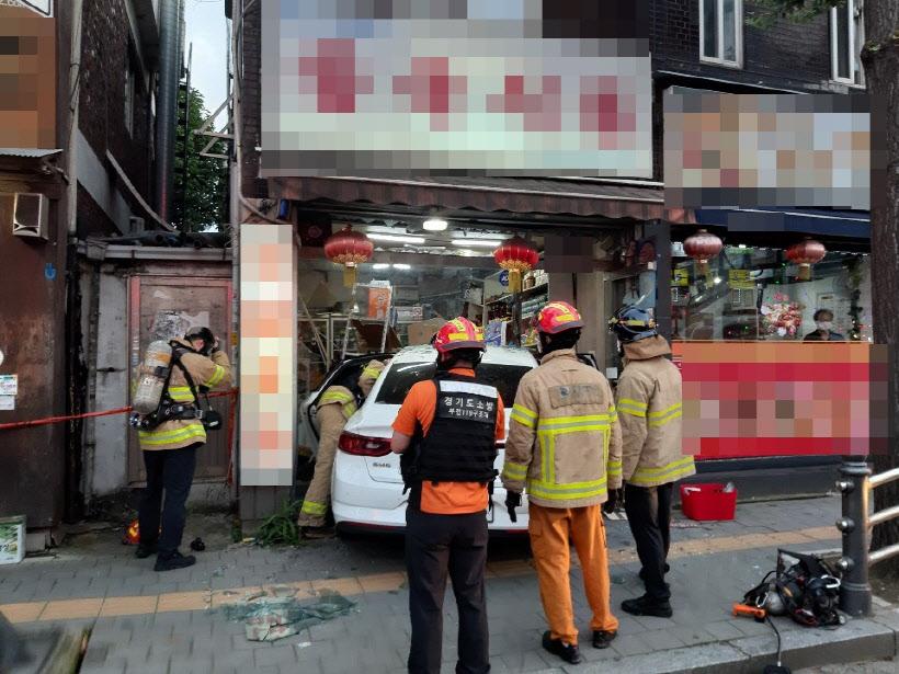 韩国一汽车撞入中国食品店 中国籍女子受伤(图)