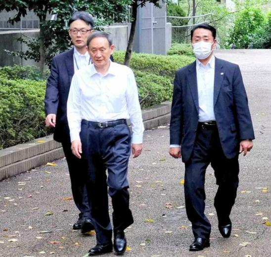 """菅义伟就任日本首相前早起散步 路人高喊""""请加油"""""""