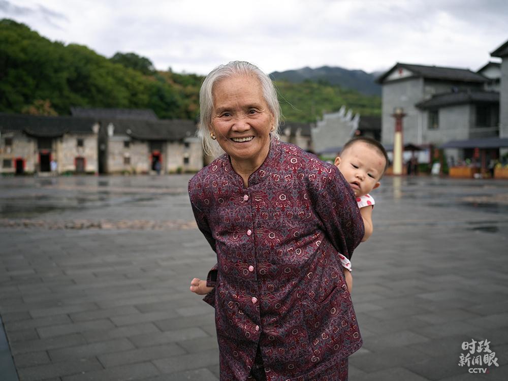 △16日下午,总书记离开沙洲村前,82岁的曹战兰老人一直紧紧握住总书记的手。(总台央视记者彭汉明拍摄)