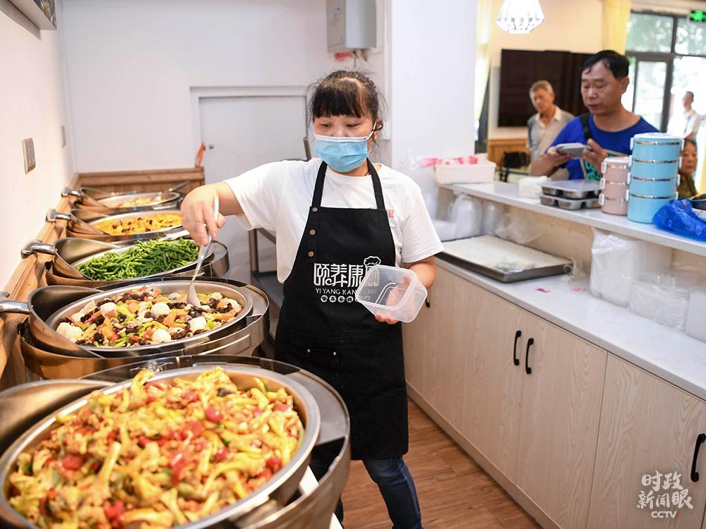 """△9月初,长沙市开福区部分社区启动""""老年食堂"""",老人们花8元可以吃上三菜一汤。"""