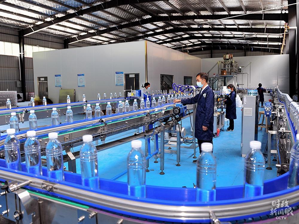 △湖南邵阳市桐山乡椒林村充分利用当地山泉水资源,加工生产瓶装水。