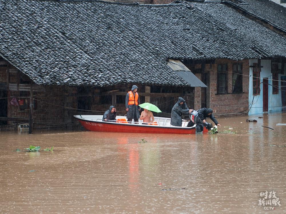 △今年7月初,湖南新邵县遭遇强降雨,抢险救灾组迅速转移受灾群众。