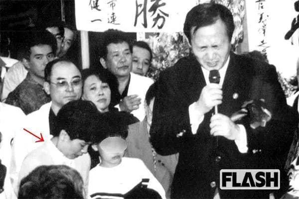 ·菅义伟(右一)当选议员,真理子激动得落泪(红色箭头所指者)。